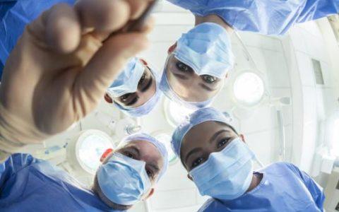 Причина, по которой хирурги носят форму только синего и зелёного цвета