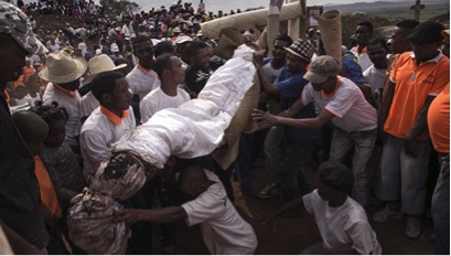 Власти Мадагаскара запретили танцы с покойниками