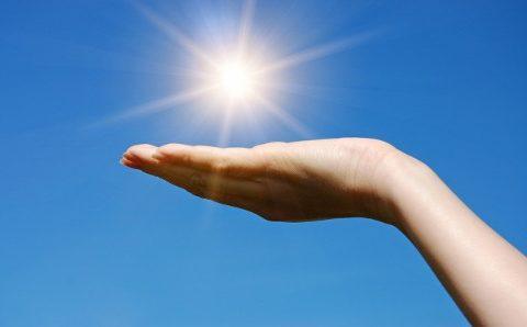 Найдена связь воздействия солнечного света со снижением смертности от COVID-19